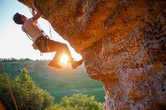 Immagine dell'uomo che scala sopra la roccia Fotografie Stock