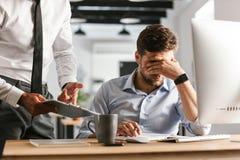 Immagine dell'uomo di affari Displeased che ha problemi nel lavoro immagine stock libera da diritti