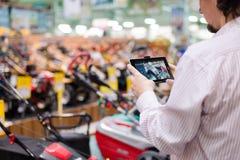 Immagine dell'uomo o del cliente di affari divertendosi selezione e fotografare sulle merci del computer del pc della compressa Fotografia Stock