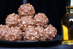Caramella dolce di Brown su fondo nero Fotografie Stock