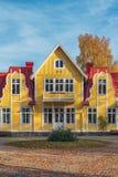 Immagine della casa scandinava di legno rossa di stile nel lago durante l'autunno Fotografia Stock Libera da Diritti