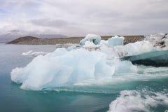 Immagine della cascata e dell'insenatura, Islanda immagine stock