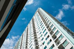 Immagine della costruzione del condominio e del fondo del cielo blu Fotografie Stock