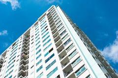Immagine della costruzione del condominio e del fondo del cielo blu Fotografia Stock Libera da Diritti