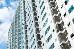 Immagine della costruzione del condominio e del fondo del cielo blu Fotografie Stock Libere da Diritti