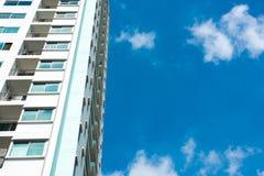 Immagine della costruzione del condominio e del fondo del cielo blu Fotografia Stock