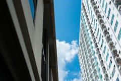 Immagine della costruzione del condominio e del fondo del cielo blu Immagine Stock