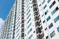 Immagine della costruzione del condominio e del fondo del cielo blu Immagine Stock Libera da Diritti