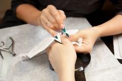 Immagine della donna alla procedura del manicure Immagini Stock Libere da Diritti