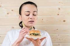 Immagine della donna in buona salute che rifiuta alimenti industriali fotografia stock