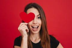 Immagine della donna felice allegra 20s con la copertura marrone lunga dei capelli Fotografie Stock