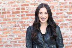 Immagine della donna perfetta che esamina macchina fotografica con il sorriso immagini stock libere da diritti