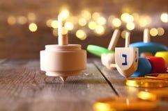 Immagine della festa ebrea Chanukah con i dreidels di legno Immagine Stock