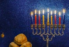 Immagine della festa ebrea di Chanukah con un menorah fotografia stock libera da diritti