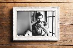 Immagine della figlia del bambino della tenuta del padre Giorno di padri fotografia stock