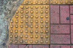 immagine della fine su a struttura di pavimentazione tattile immagini stock libere da diritti