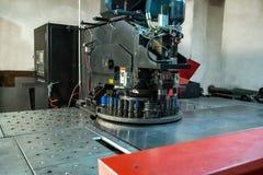 Immagine della macchina moderna per la perforazione della lamiera sottile fotografia stock