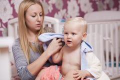 Immagine della madre felice con il neonato adorabile Immagini Stock