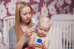Immagine della madre felice con il neonato adorabile Immagine Stock
