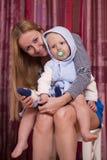 Immagine della madre felice con il neonato adorabile Fotografie Stock Libere da Diritti