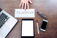Immagine della mano dell'uomo d'affari che invia una lettera di dimissioni al execut Immagini Stock