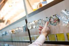 Immagine della mano della donna o dell'uomo che seleziona o che sceglie la lampada delle lampadine per la casa Immagini Stock Libere da Diritti