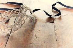 immagine della maschera veneziana di bello travestimento del diamante sopra fondo d'annata di legno Fotografia Stock Libera da Diritti