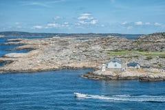 Immagine della panoramica del mare con la barca sull'acqua e sulla casa Immagini Stock Libere da Diritti