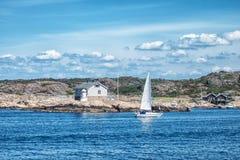 Immagine della panoramica del mare con la barca sull'acqua e sulla casa Immagine Stock