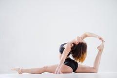 Immagine della ragazza che fa acrobazia acrobatica Immagini Stock Libere da Diritti
