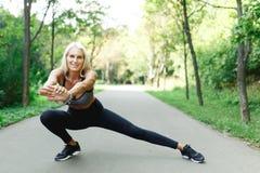 Immagine della ragazza di sport che allunga nel parco Immagini Stock Libere da Diritti
