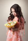 Immagine della ragazza elegante che posa con il mazzo di carta Fotografia Stock Libera da Diritti