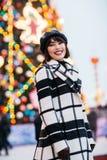 Immagine della ragazza felice sulla via, fondo vago con la ghirlanda di combustione fotografia stock