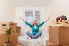 Immagine della ragazza nella posa del loto sul sofà Fotografia Stock Libera da Diritti