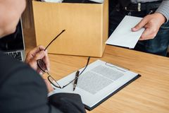 Immagine della scatola di cartone e di invio della tenuta della mano dell'uomo d'affari del Re Immagini Stock