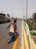 Immagine della segnaletica stradale alla costruzione Raipur della strada a 6 corsie Fotografia Stock Libera da Diritti