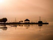 Immagine della siluetta - vista del fiume prima di alba nel Kashmir fotografia stock