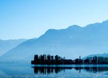 Immagine della siluetta - vista del fiume prima di alba nel Kashmir fotografia stock libera da diritti