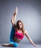 Immagine della sportiva graziosa che fa allungamento Fotografia Stock