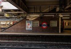 Immagine della stazione ferroviaria di Kensington della via principale a Londra fotografie stock