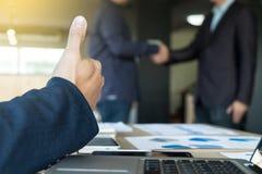 Immagine della stretta di mano dei businessmans Riuscito handshak degli uomini d'affari fotografie stock