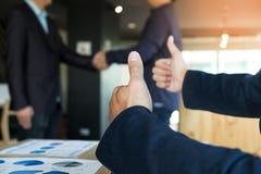 Immagine della stretta di mano dei businessmans Riuscito handshak degli uomini d'affari fotografia stock libera da diritti