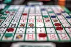 Immagine della tavola di gioco con le carte ed i chip Immagine Stock Libera da Diritti