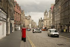 Immagine della via di Lawnmarket Sulla foto sono le costruzioni storiche ed il contenitore rosso di posta Immagini Stock