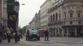 Immagine della via di Londra con il bus rosso nero tradizionale dell'autobus a due piani e della carrozza stock footage