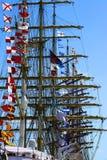 Immagine delle barche a vela con le bandiere sui loro alberetti Immagine Stock Libera da Diritti