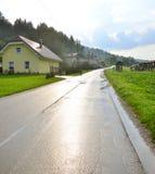 Immagine delle case accoglienti lungo la strada Fotografia Stock Libera da Diritti