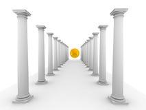 Immagine delle colonne classiche con la sfera di colore giallo dello specchio Immagini Stock