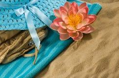 immagine delle conchiglie sulla sabbia contro il primo piano del cielo fotografie stock libere da diritti