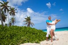 Immagine delle coppie amorose felici divertendosi sulla spiaggia Immagini Stock